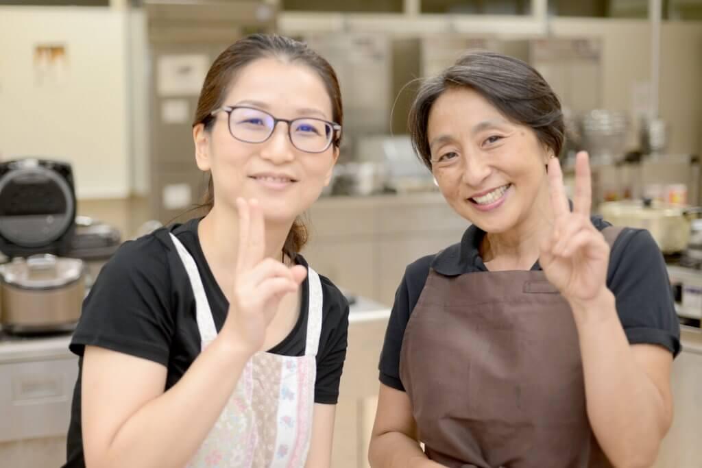 クッキング部保坂先生(左)と小林さん(右)